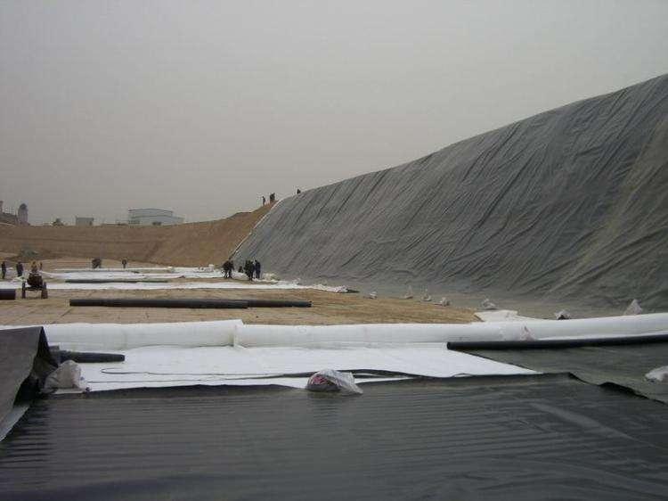 复合土工膜施工时可采用焊接和粘结方法