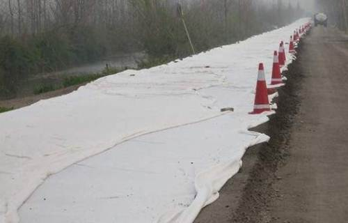 渠道轴线进行铺设复合土工膜的步骤