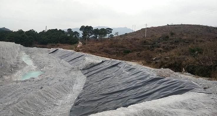 透水堆石坝的内坡防渗用土工材料