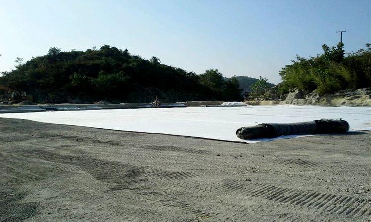 人工湖底及湖岸采取土工膜防渗的优缺点