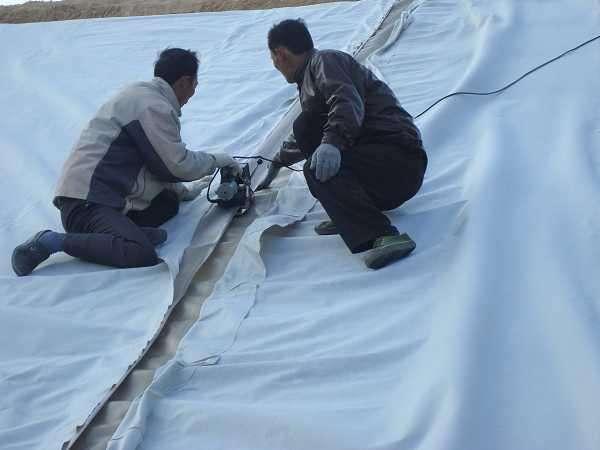 水库底部土工布的铺设及缝合
