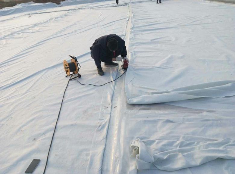 土工布铺设过程中上层的铺设及缝合