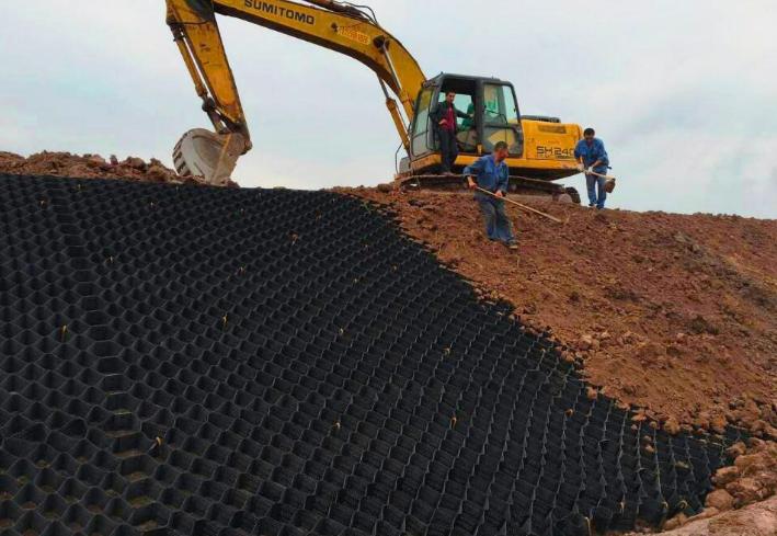 土工格室同平面结构的土工格栅相比的优越性
