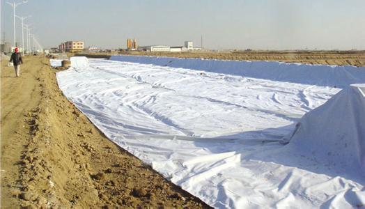 复合土工膜的渗漏量计算包括哪些方面?