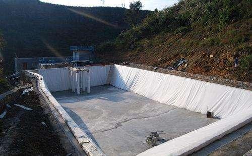 水库底部和坝体加固时应怎么选择合适懂得复合土工膜