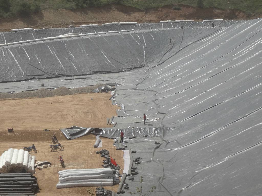 湖底及湖岸采取天然钠基膨润土防水毯防渗方案